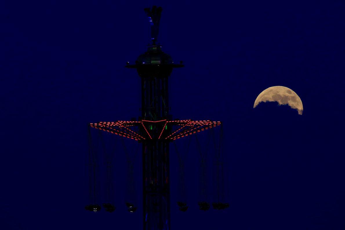 Las nubes ocultan parte de la luna llena sobre Tel Aviv, Israel, la noche del eclipse ...