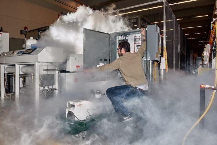 Nick Force, ingeniero investigador, hace mantenimiento de rutina con nitrógeno líquido.