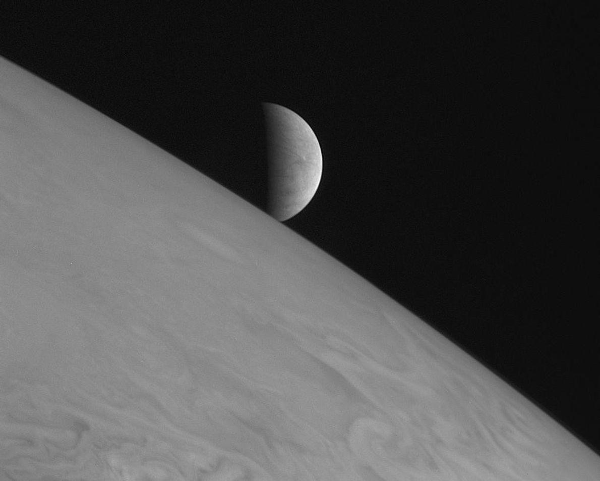 New Horizons tomó esta imagen de la luna helada Europa de Júpiter que se eleva por ...