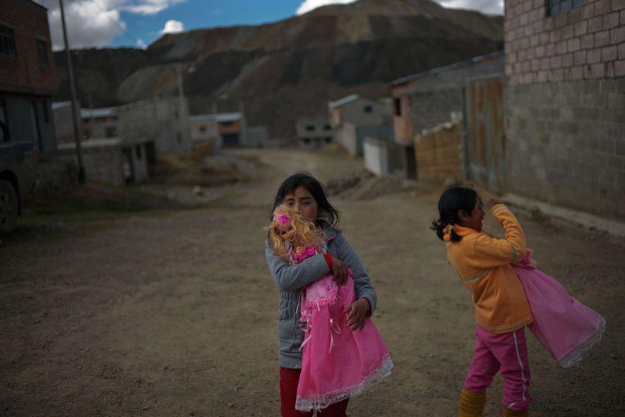 Leydi Gonzales (izquierda), de nueve años de edad, y su hermana Sonia, de 8; tienen niveles ...