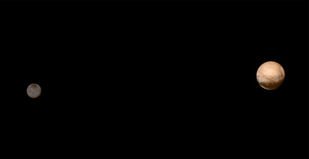 Este retrato, tomado el 8 de julio de 2015, muestra el contraste de color entre Plutón ...