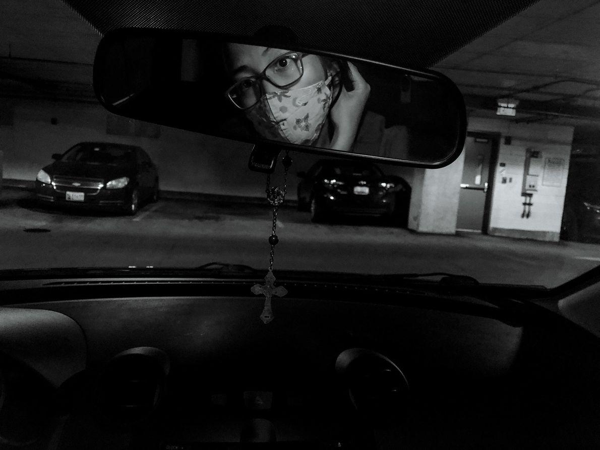 Rosem Morton se pone una mascarilla antes de entrar en el hospital de Baltimore (Maryland) donde ...