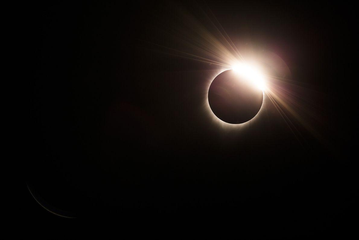 Aunque los fotógrafos deberían usar filtros solares en sus cámaras para documentar las fases parciales, un ...