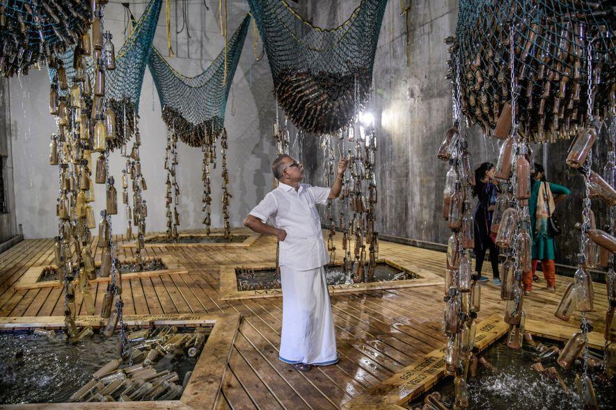 """Los turistas observan la muestra """"Mensajes del Pasaje Atlántico"""", realizada por la artista sudafricana Sue Williamson ..."""