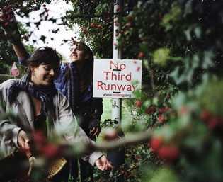 Residentes de la comunidad buscan espinos justo fuera de la entrada de Grow Heathrow y cerca ...