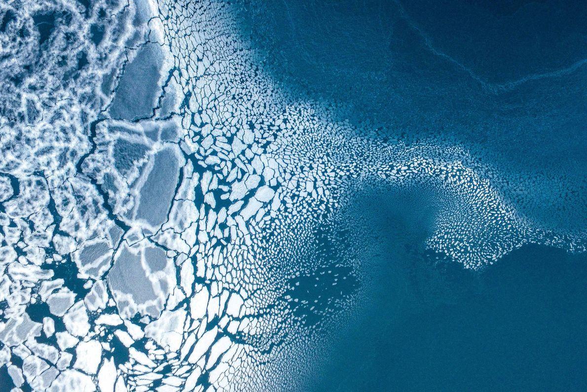 Vemos hielo a medida que empieza a congelarse en Groenlandia.