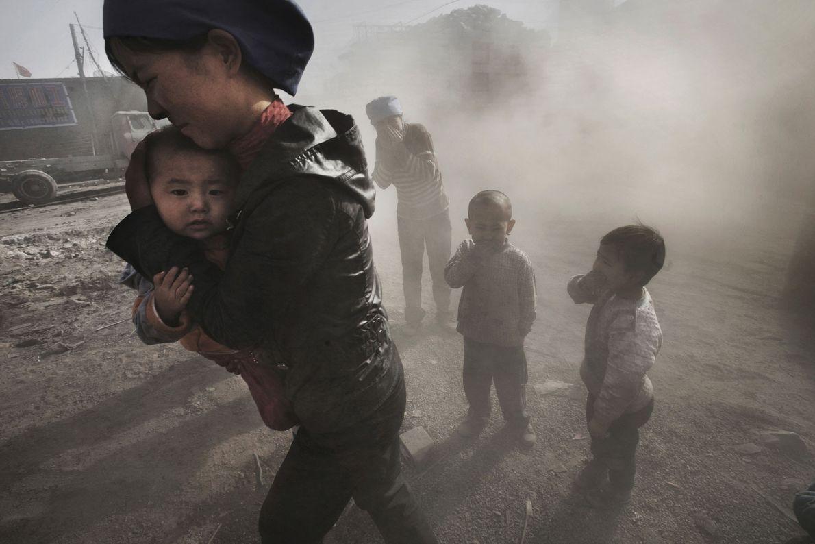 El polvo que se desprende de un camión que transporta carbón y cal envuelve a los ...