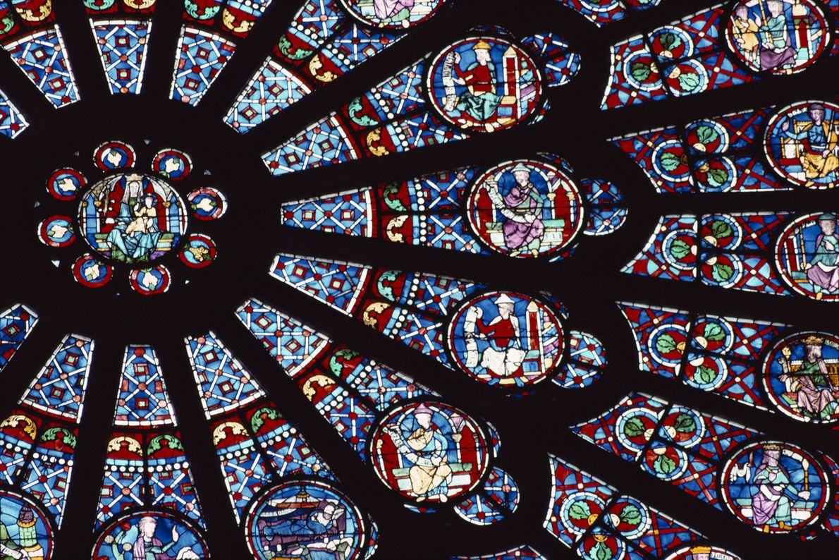 El vitral de rosas coloreado, hecho en el siglo XIII, representa escenas del Antiguo Testamento.