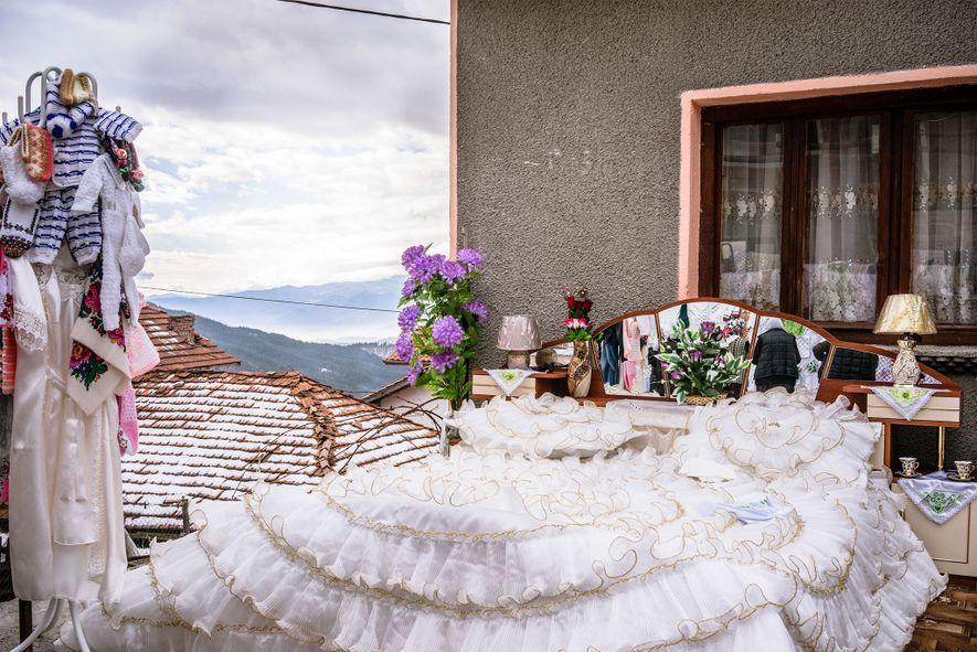 Afuera de la casa de una novia pomaca, una habitación de bodas espera a sus nuevos ...