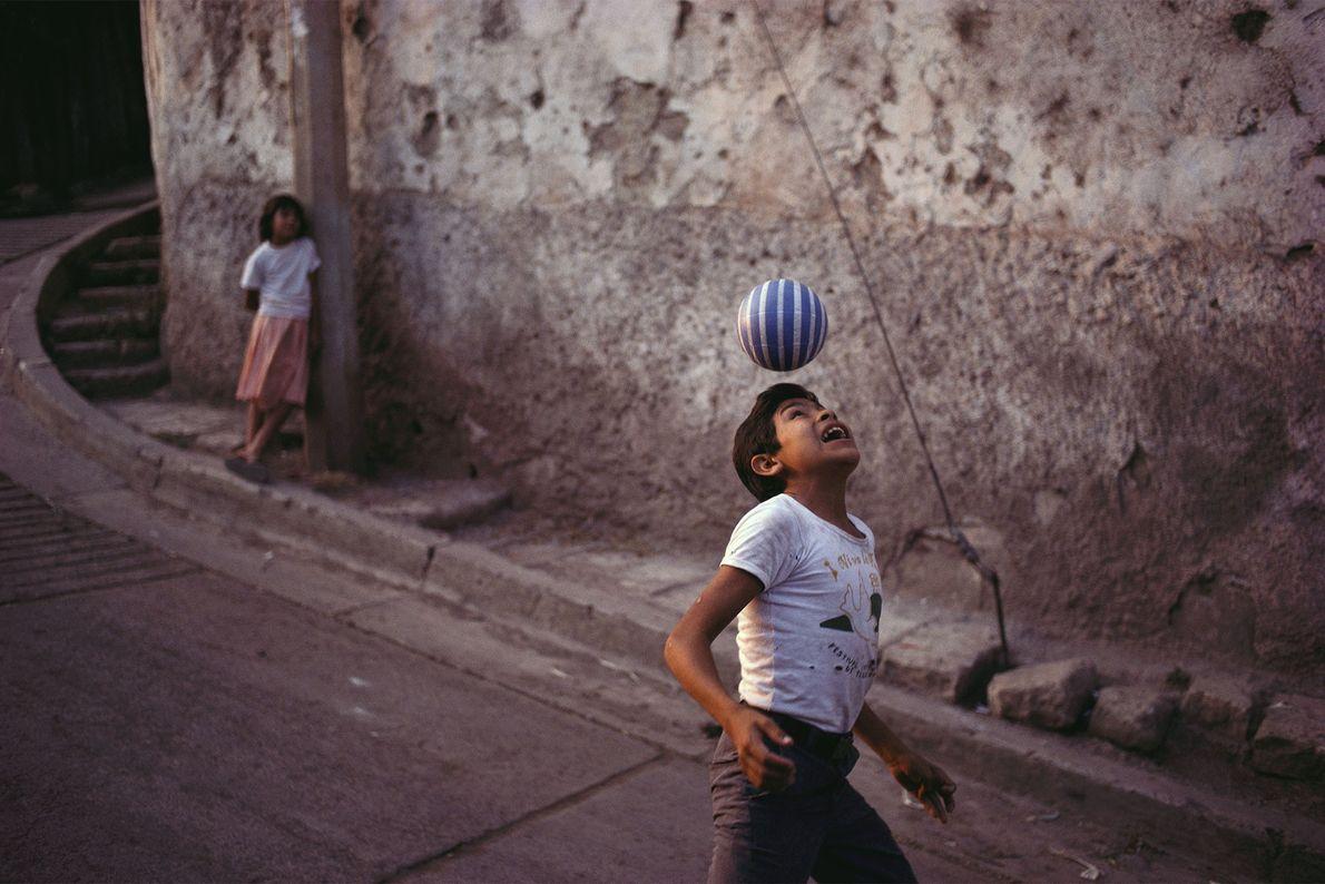Un niño practica sus habilidades futbolísticas en una calle en Tegucigalpa, Honduras. La popularidad que posee ...