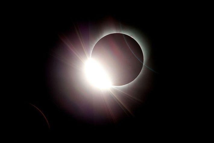09-solar-eclipse-wire