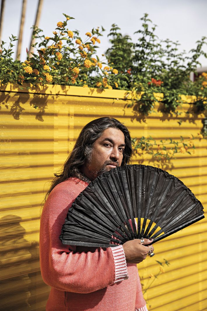 Jorge Castellón, empleado del Saguaro Hotel en Palm Springs, California, posa con un abanico (que usa ...