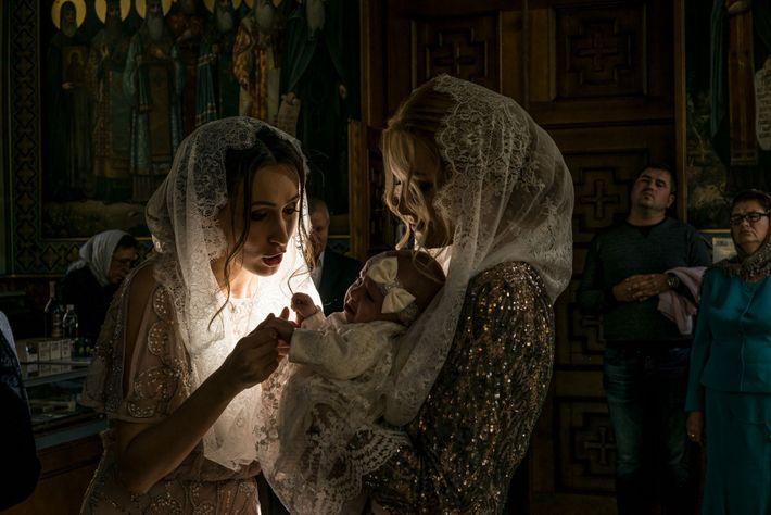 La madrina Ala Oriekhovych consuela a Alisa, de tres meses de edad, en los brazos de ...