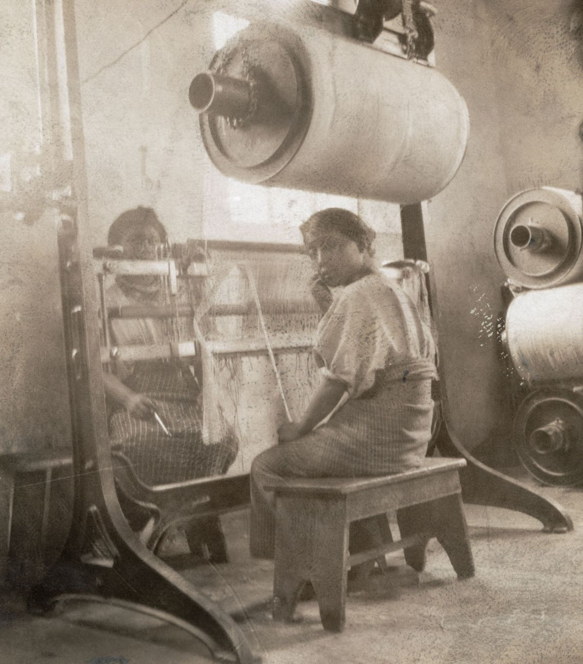 Mujeres guatemaltecas-indias trabajan en un telar en una fábrica de algodón en Cantel, Guatemala en 1910.