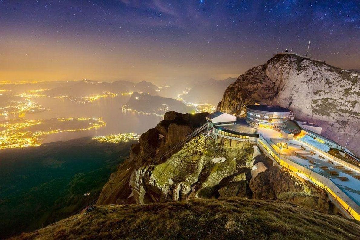 El monte Pilatus se alza majestuosamente sobre la ciudad de Lucerna y su lago. Una capa ...