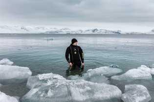 El buzo alemán Kai Schwalfenberg realiza un mantenimiento bajo el agua en Ny-Ålesund, lo que incluye ...