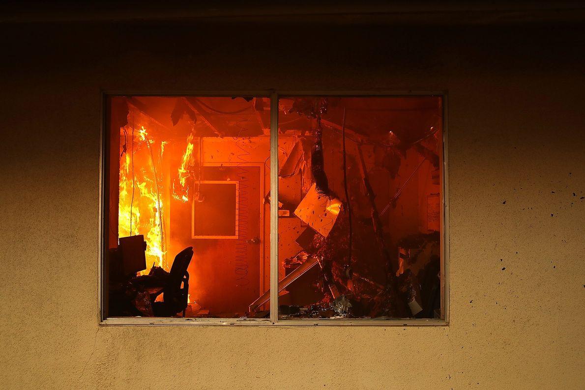 El interior de un edificio arde mientras el Camp Fire se mueve a través de Paradise, ...