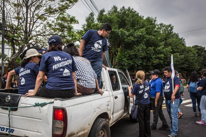 Los manifestantes en San Salvador se oponen a un plan de derecha para privatizar el agua ...