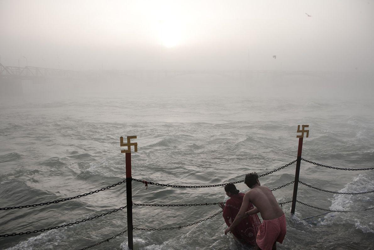 Devotos hindúes se bañan en el Ganges durante Kumbh Mela, evento en el cual creen que ...