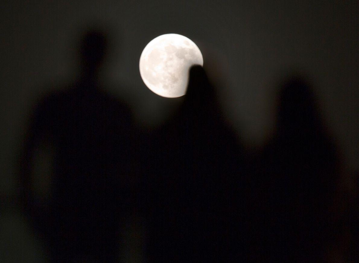 Los espectadores presencian el eclipse lunar en el Museo de los Niños de El Cairo, Egipto, ...