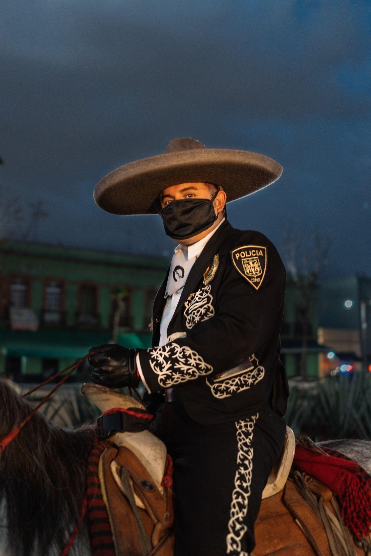 Foto de un miembro de la Policía Charra con su barbijo en el marco de la pandemia ...