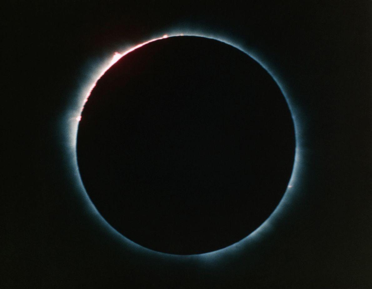 Las protuberancias solares iluminan el borde de un eclipse, visto desde la estación espacial Skylab hace …