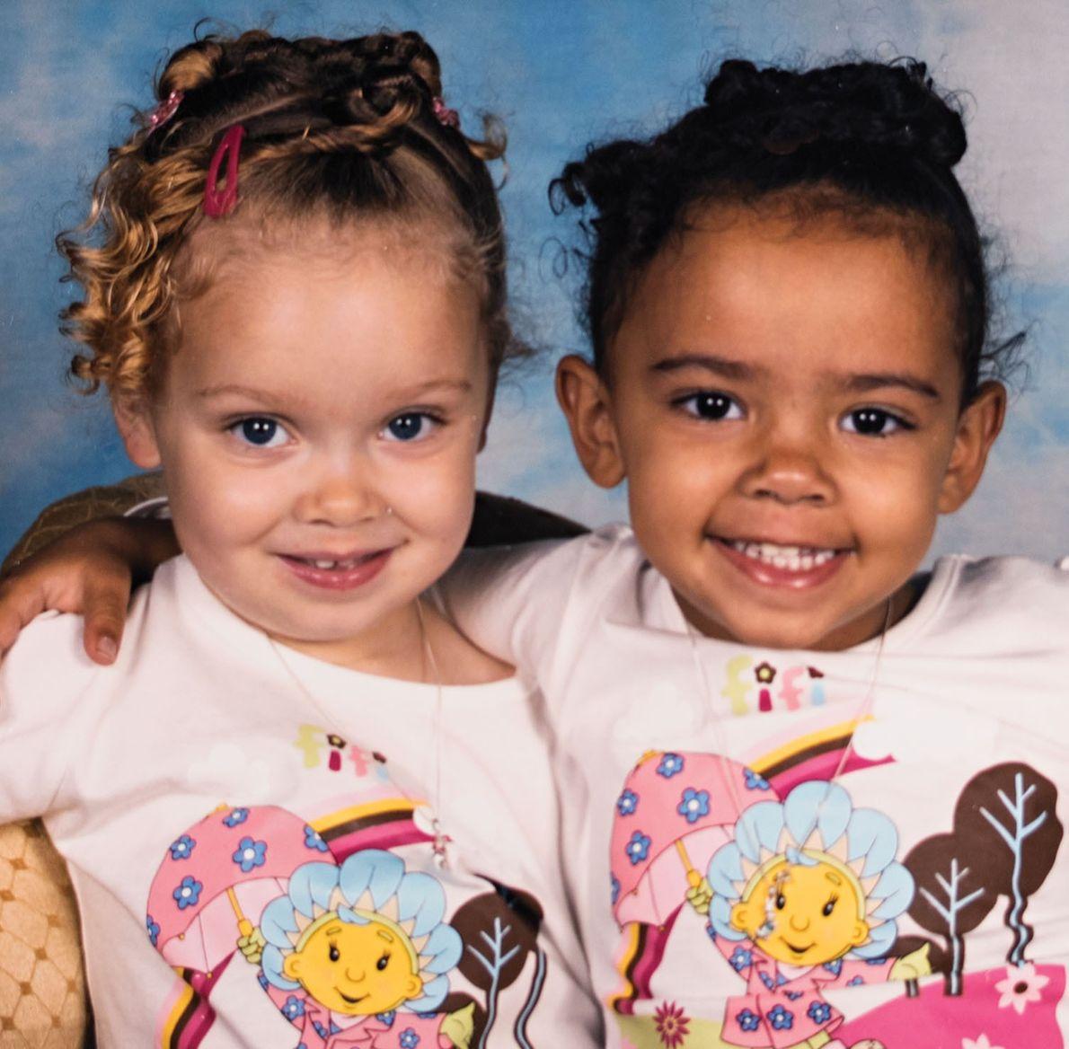 Aun cuando la madre de las gemelas Amanda Wanklin las viste igual, nadie confunde a una ...
