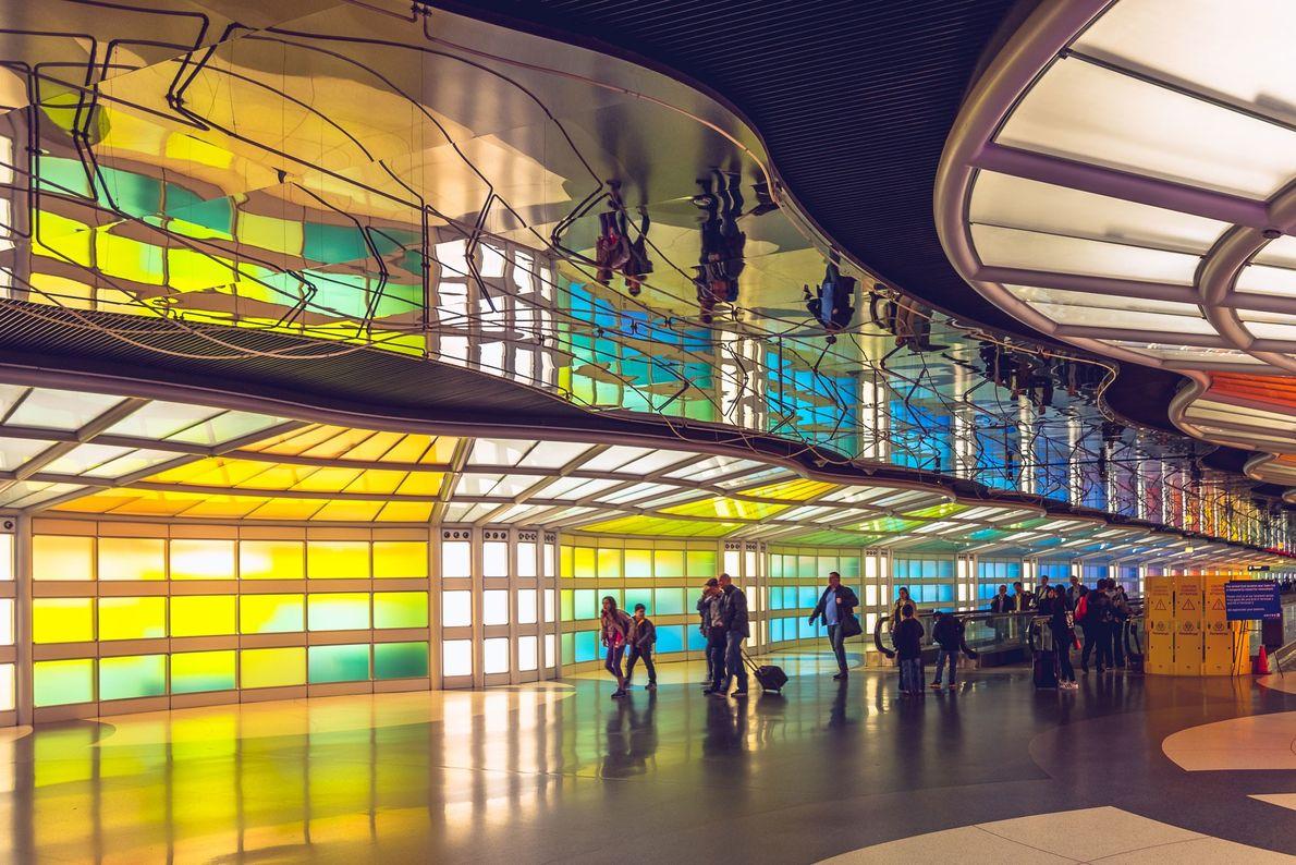 Los viajeros realizan un viaje vívido a través de la Terminal 1 de Chicago O'Hare. Con ...