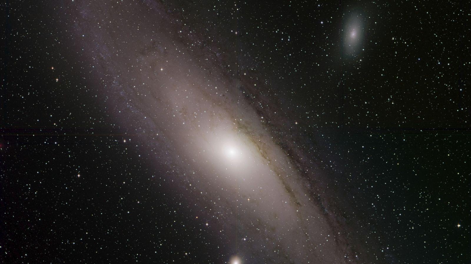 La galaxia de Andrómeda, también conocida como Messier 31, brilla en una imagen reciente de la ...