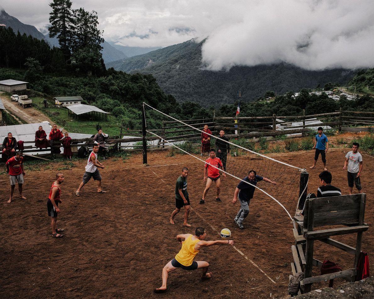En Gasa, Bután, los monjes juegan al voleibol contra la policía local.
