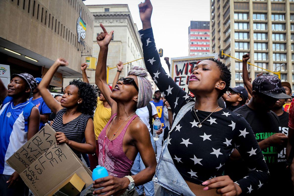 Los estudiantes universitarios de Johannesburgo piden que un funcionario de la universidad escuche sus demandas en ...