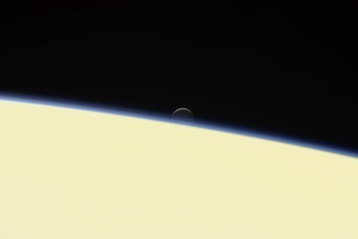Enceladus, la luna helada de Saturno, se hunde detrás del planeta en un retrato de despedida ...
