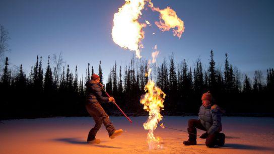 Un ecologista prende una burbuja de metano gigante que fue atrapada por una helada de otoño. ...