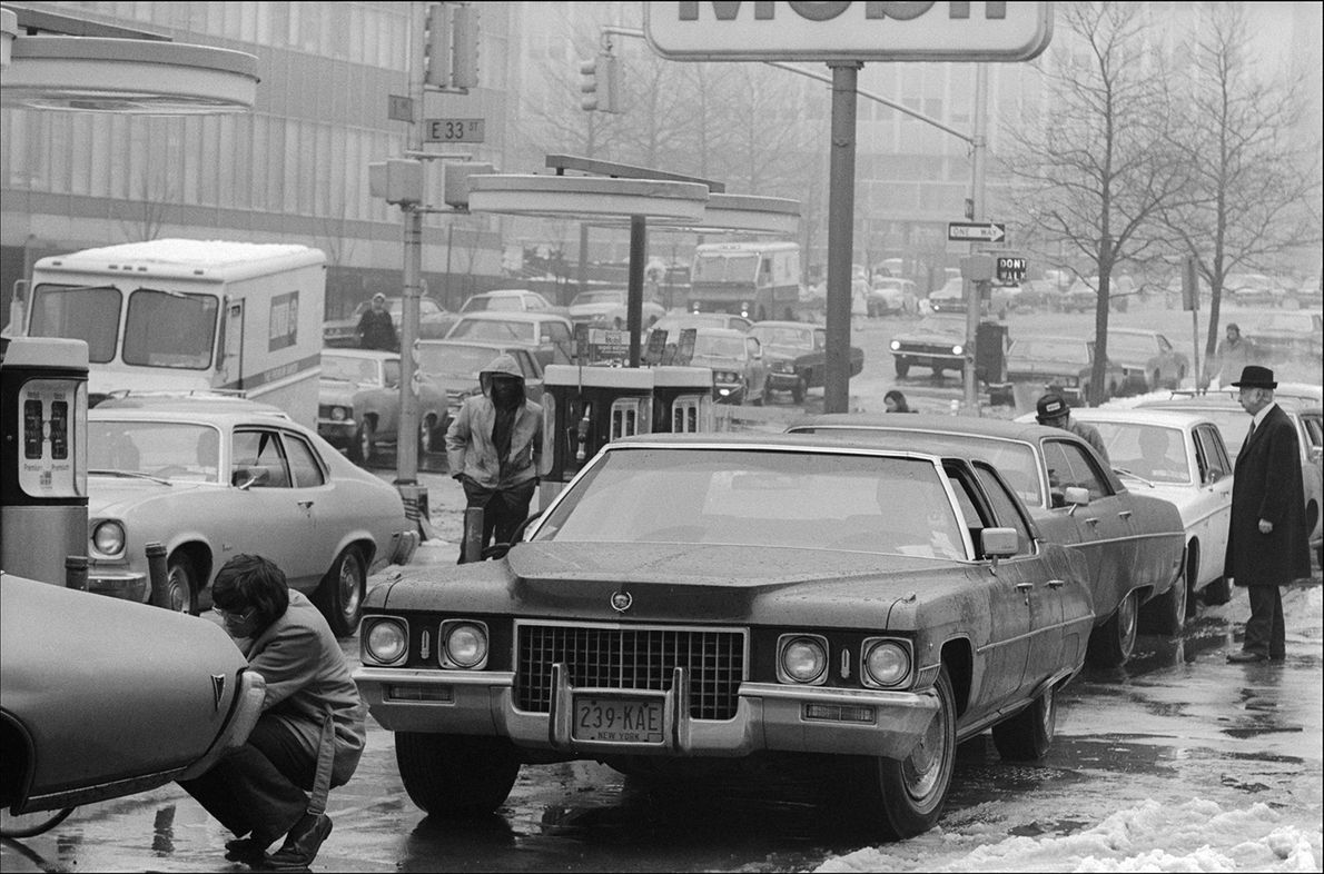 En la ciudad de Nueva York, la gente espera para cargar en 1974, el mismo año ...