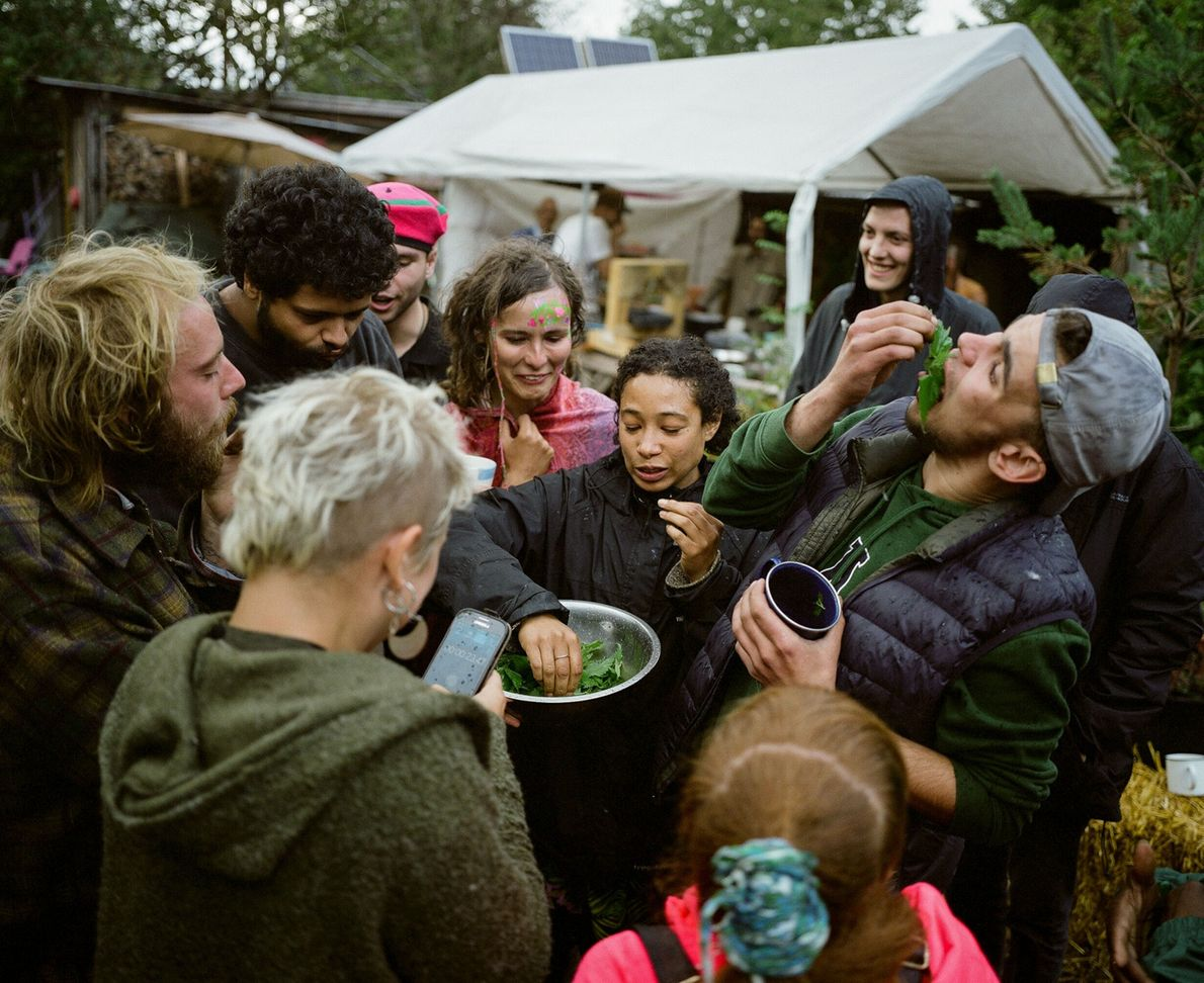 Los residentes de Grow Heathrow participan en una competencia donde se come ortiga durante un festival ...