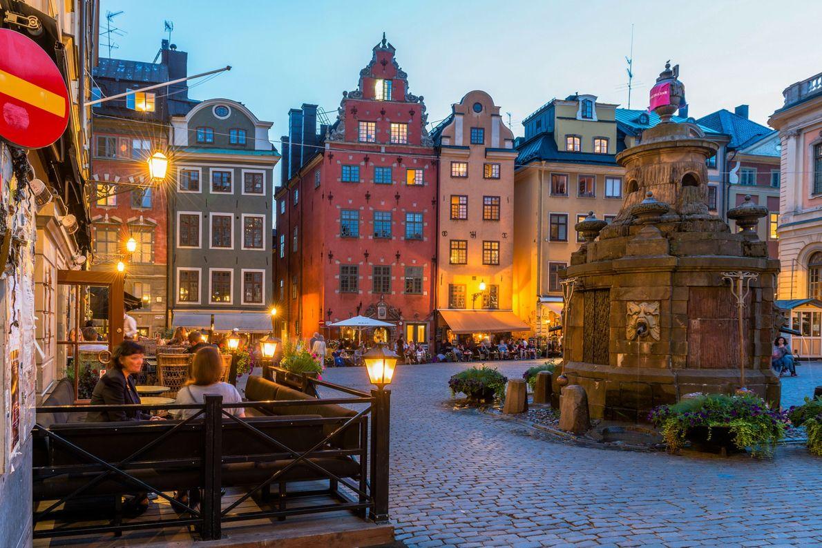 Las cafeterías al aire libre rodean la plaza Stortorget, la más antigua de Estocolmo.