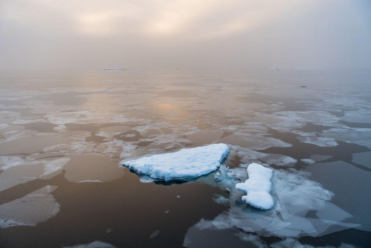 El sol sale durante una mañana tranquila en el Ártico.