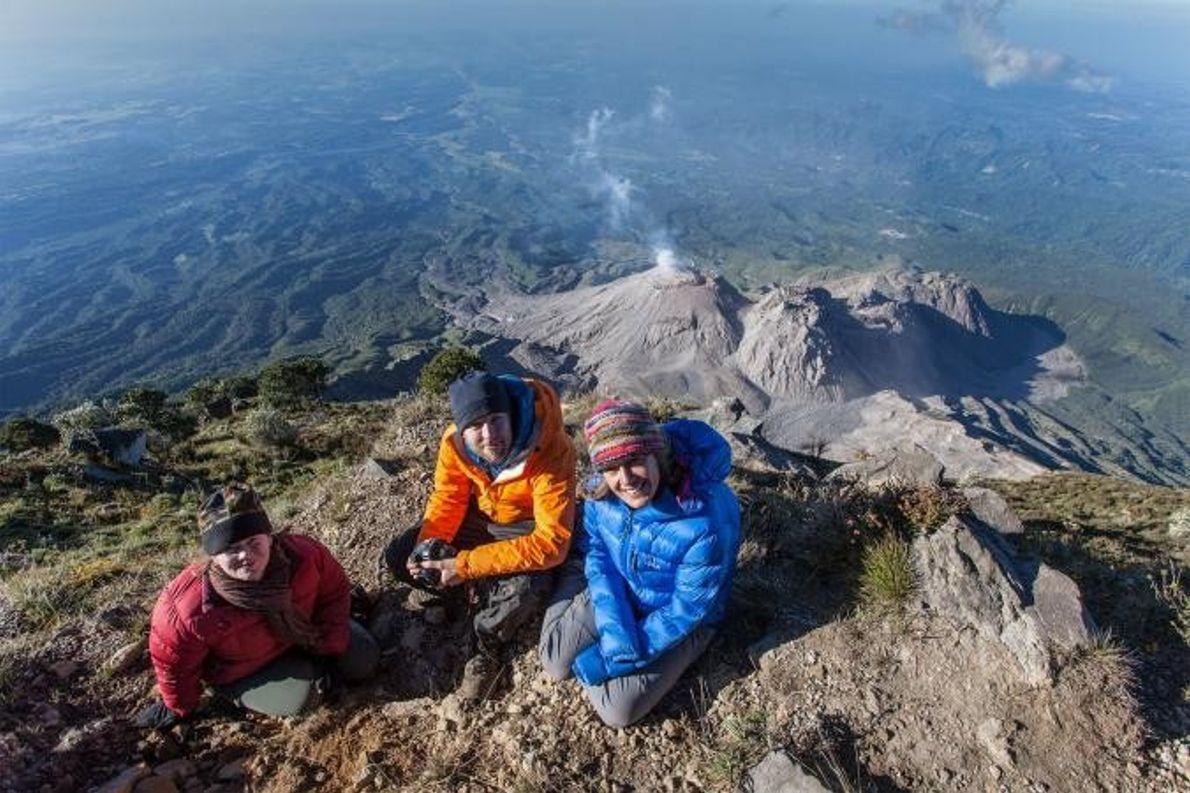 Ross Donihue, Stephanie Grocke y Gabby Salazar se sientan en la cima del volcán Santa María, ...