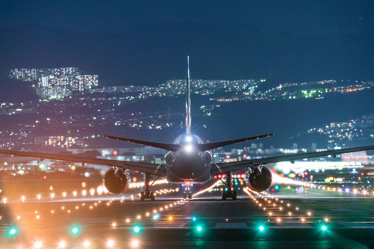 Un avión se prepara para despegar en el Aeropuerto Internacional de Osaka en medio de las ...
