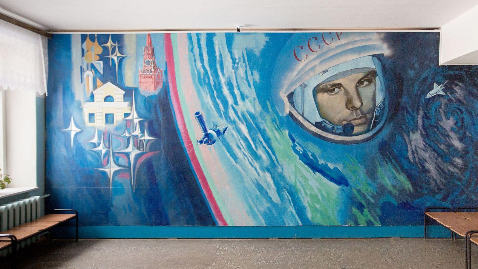 Un mural de Yuri Gagarin alegra la pared de una escuela local.