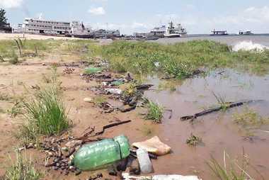 Basura en las orillas de un río urbano en Santarém, estado de Pará. Las botellas de ...