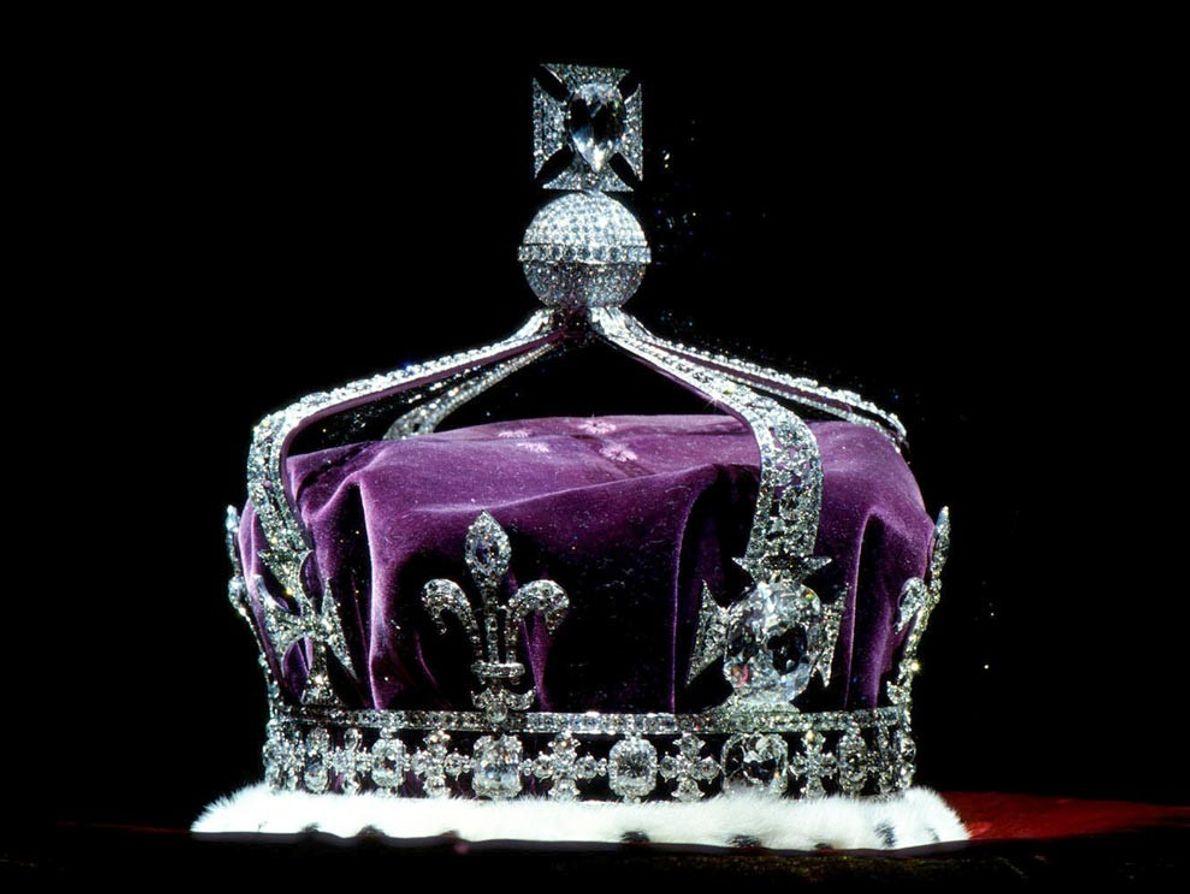 El mundialmente conocido diamante Koh-i-noor acentúa la grandeza de la corona de la reina Isabel, la ...