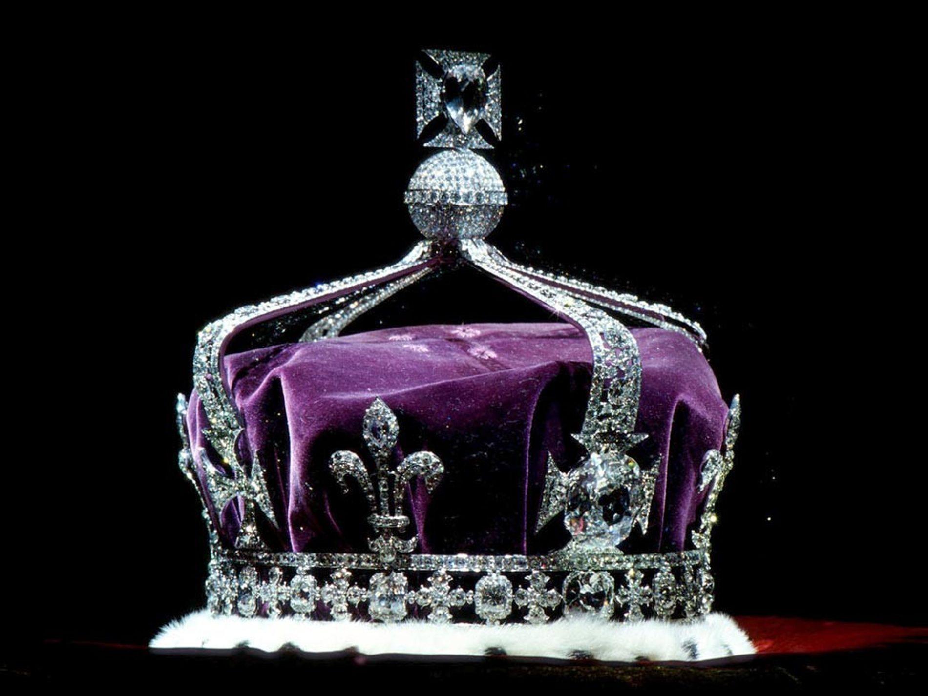 El mundialmente conocido diamante Koh-i-noor acentúa la grandeza de la corona de la reina Isabel, la …