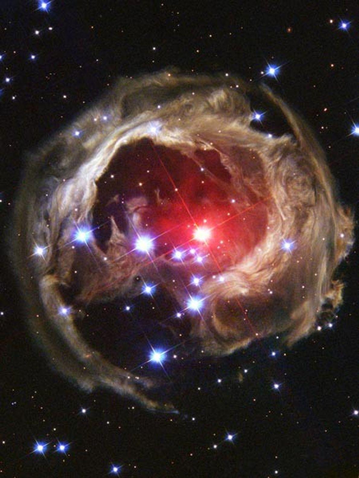 ECO DE LUZ - Un pulso de luz emitido en 2002 por una estrella supergigante roja ...