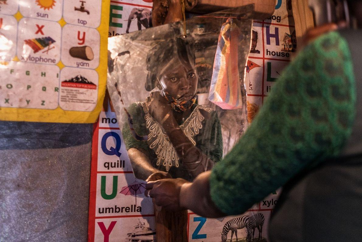 Ruth Kavana, madre soltera con cuatro hijos, se mira en el espejo en su casa en el ...