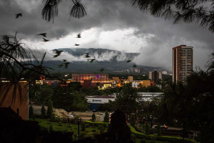 San Salvador está experimentando un extenso desarrollo, como este centro comercial, que aumenta la demanda de ...