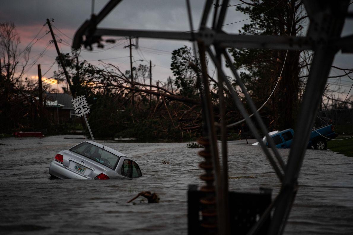 Se puede ver un auto atrapado en medio de la inundación luego de que Michael tocara ...
