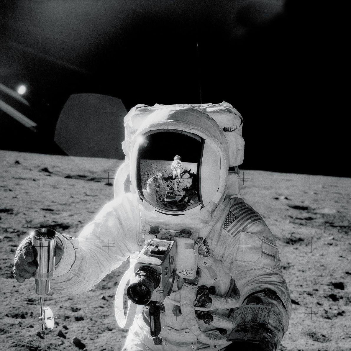 Durante la misión Apolo 12 en 1969, el astronauta Charles Conrad tomó esta selfie reflejado en ...