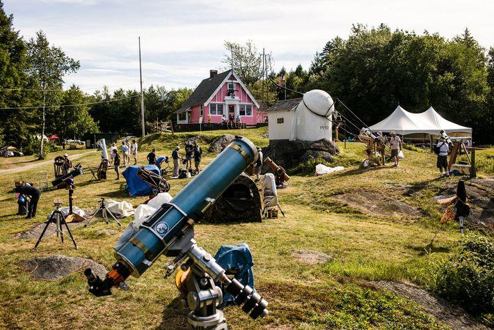 Los telescopios parecen brotar de los campos de Vermont durante Stellafane, un festival amateur de astronomía ...