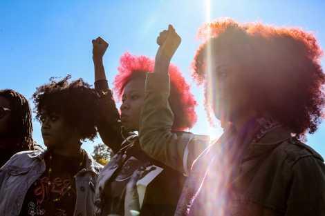 Madres y mujeres en el aniversario número 20 del Million Man Marchen Washington, DC,en 2015,se solidarizan ...